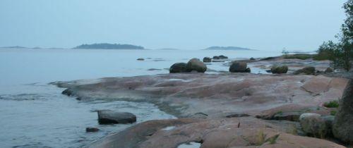Kerrotaan että kun näitä tuijottaa tiukasti, joku kivi muuttuu hylkeeksi ja ui pois.